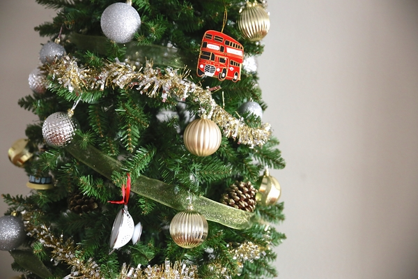 how to decorate-pencil-christmas-tree-festive-christmas-decorations