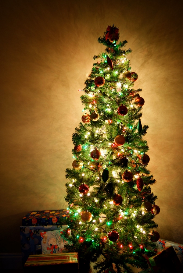 how to decorate-pencil-christmas-tree-red green-christmas-ornaments
