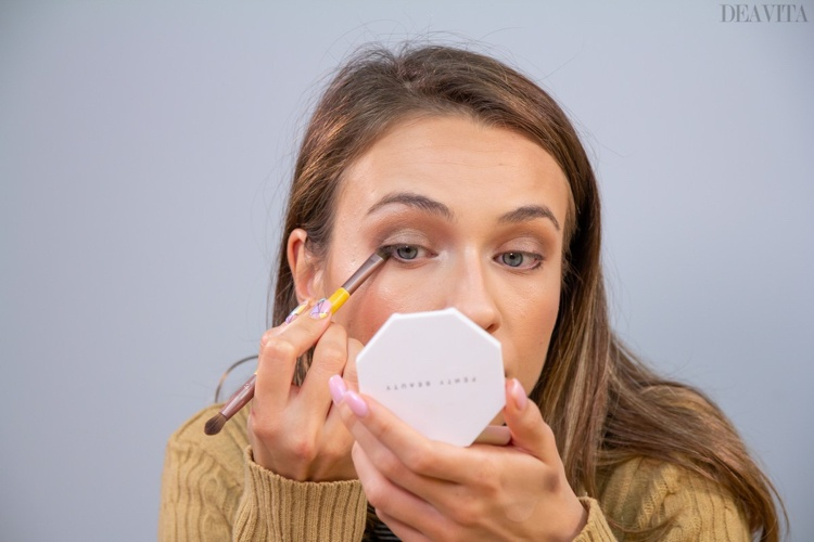 natural make up for first date blur the lines with smudger brush