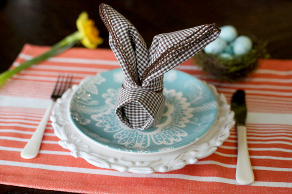 Easy table decoration ideas Bunny fold napkins for Easter