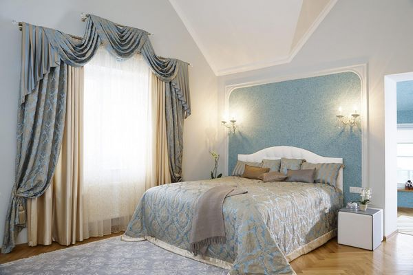 bedroom design ideas blue accent wall wood flooring window treatment
