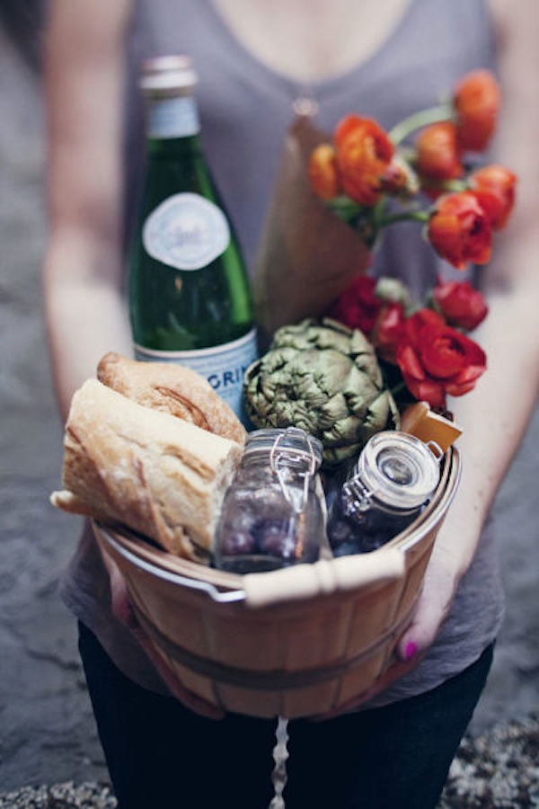 housewarming-gift-ideas-basket bread wine flower