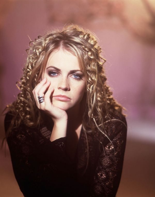 crimped hairstyles 90s trends celebrities