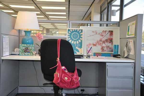 how to decorate office cubicle framed photos table lamp