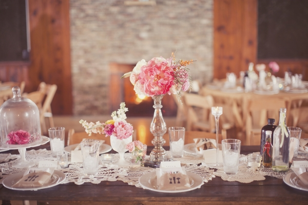 shabby-chic table decoration ideas pastel pink lace flowers