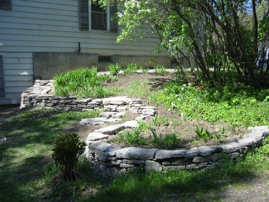 Support wall in garden retaining wall