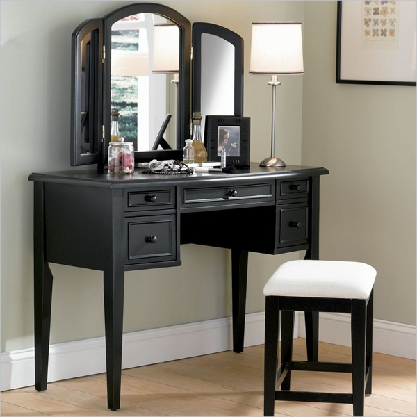 schwarz-vanity-table-with-tri-fold-mirro-table-lamp