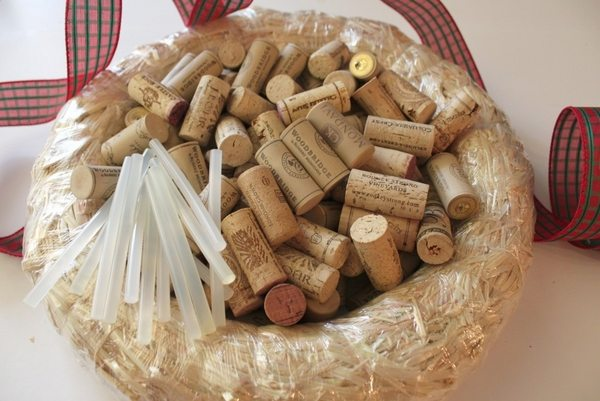 how to make a cork wreath instructions step 1